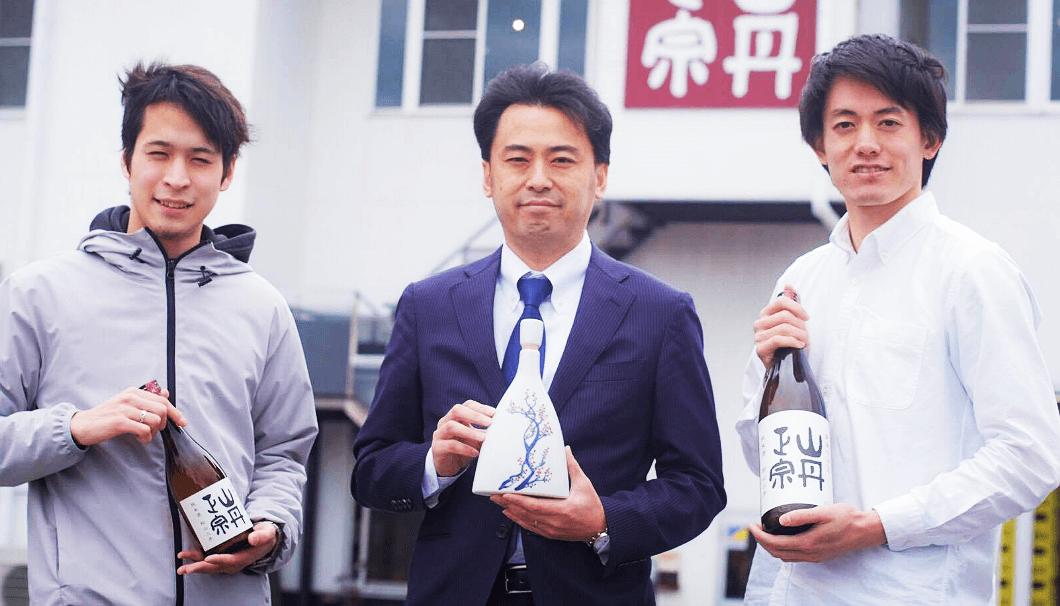 八木酒造部の杜氏・村上浩由さんと、学生地酒プロモーショングループ「SakeEx」の濱村駿介さん、北尾友二さん