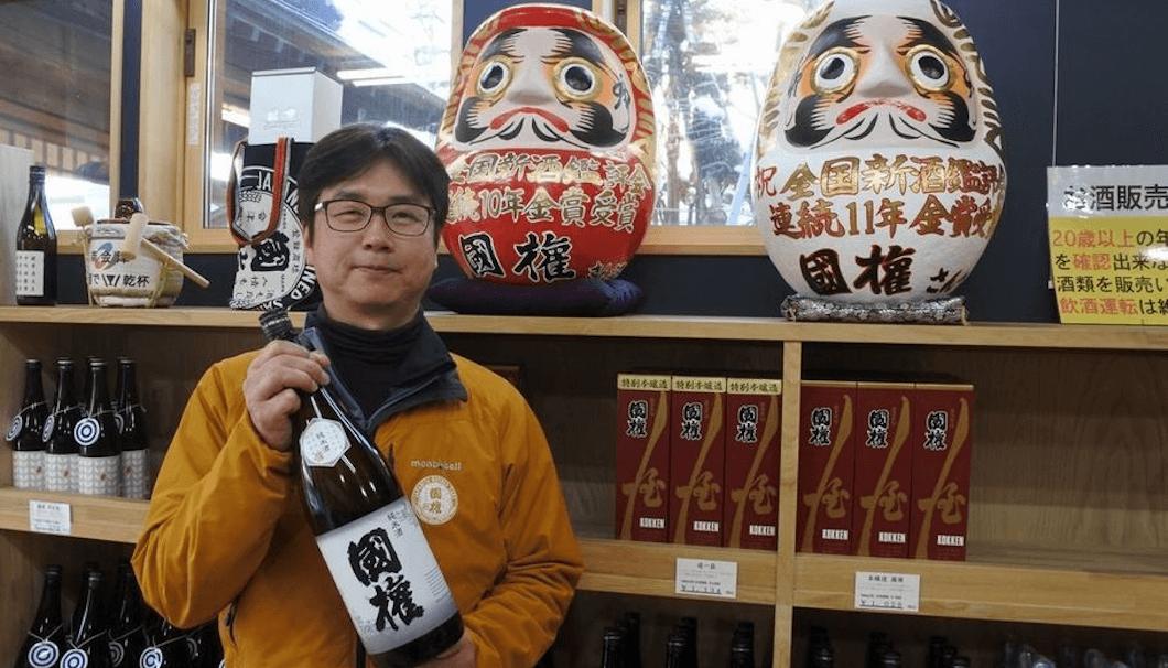 佐藤社長と「国権」純米酒。11年連続金賞記念だるま
