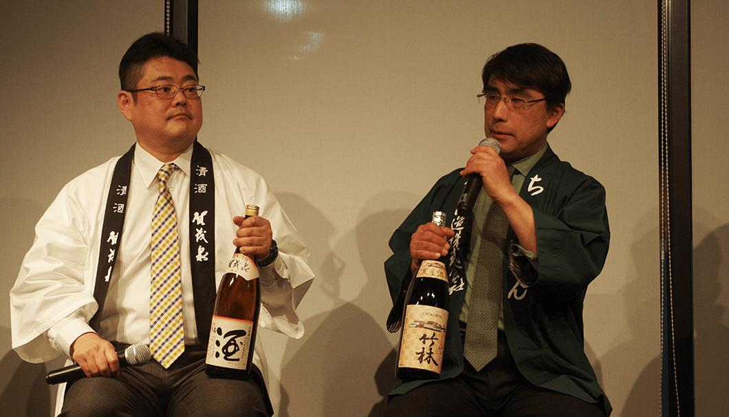 それぞれの日本酒を持ち語る前垣さんと丸本さん
