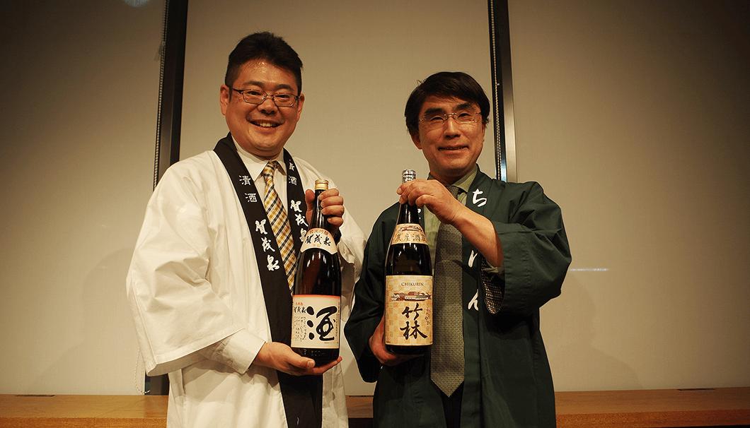 それぞれの日本酒を持つ前垣さんと丸本さん