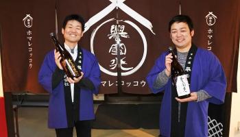 土田酒造 6代目社長の土田祐士さん(写真左)と杜氏の星野元希さん(写真右)