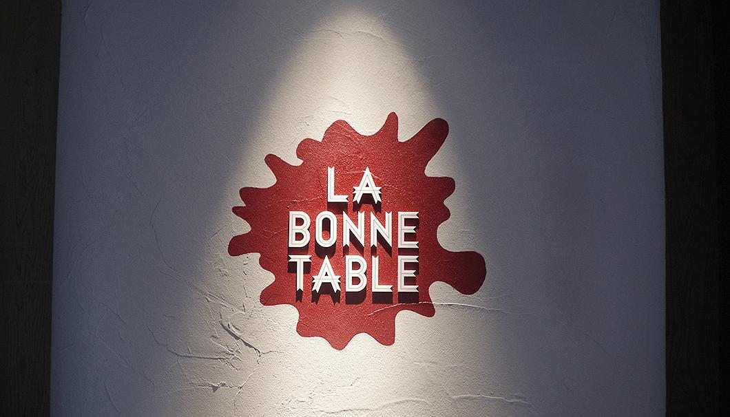 LA BONNE TABLEの看板
