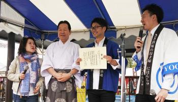 酒1グランプリを受賞した、今西酒造第14代蔵元の今西将之さん(左から3番目)