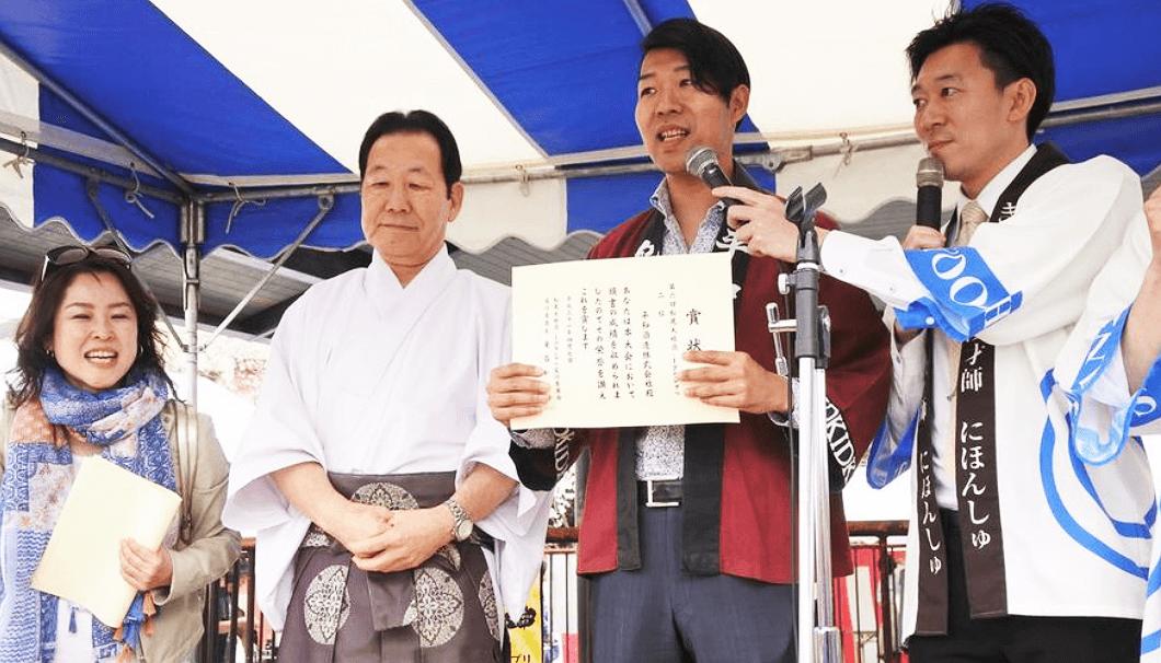 酒1グランプリ第2位の「紀土」を醸す和歌山県の平和酒造の山本さん(左から3番目)