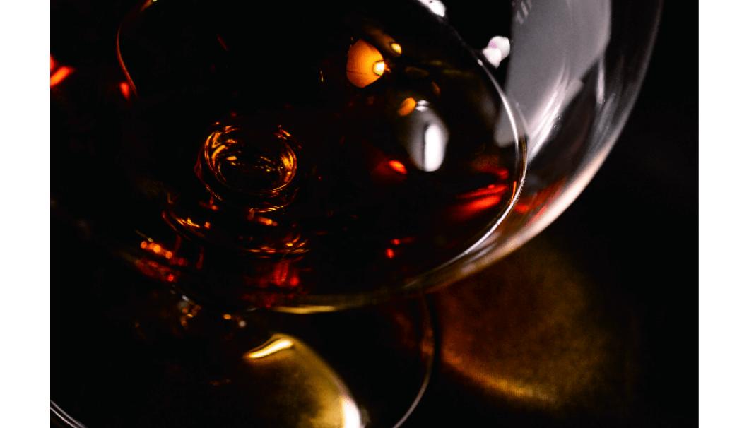 プレミアム日本酒ブランド「SAKE100(サケハンドレッド)」は、第4弾商品『現外 -gengai-』がグラスに入っている