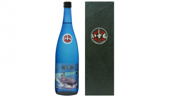 株式会社エクシード(東京都港区)が創業150年・株式会社竹下本店(島根県雲南市)が製造する「出雲誉」と海上自衛隊の護衛艦「いずも」をコラボレーションした「IZUMO 純米大吟醸」のボトルと化粧箱