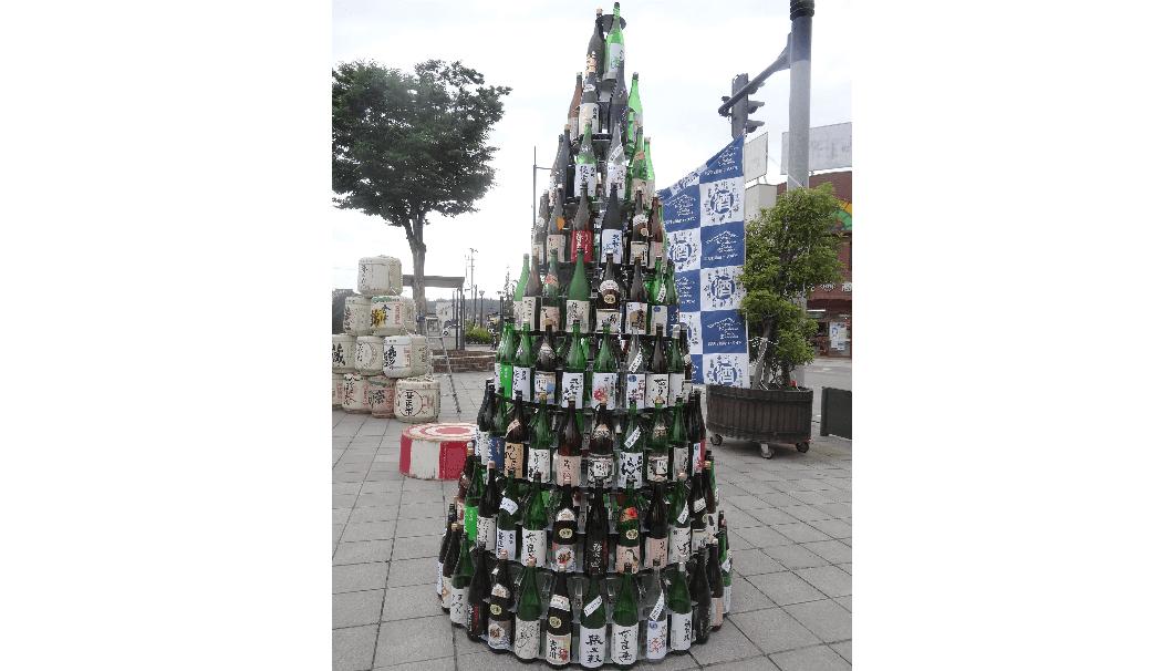 日本酒ボトルがピサの斜塔のように積み上がった写真