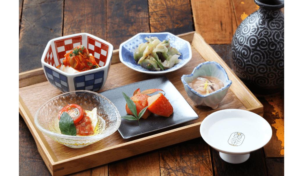 モツ料理と純米の燗酒が楽しめる居酒屋「kogane(モツ酒場こがね)」で提供される料理画像