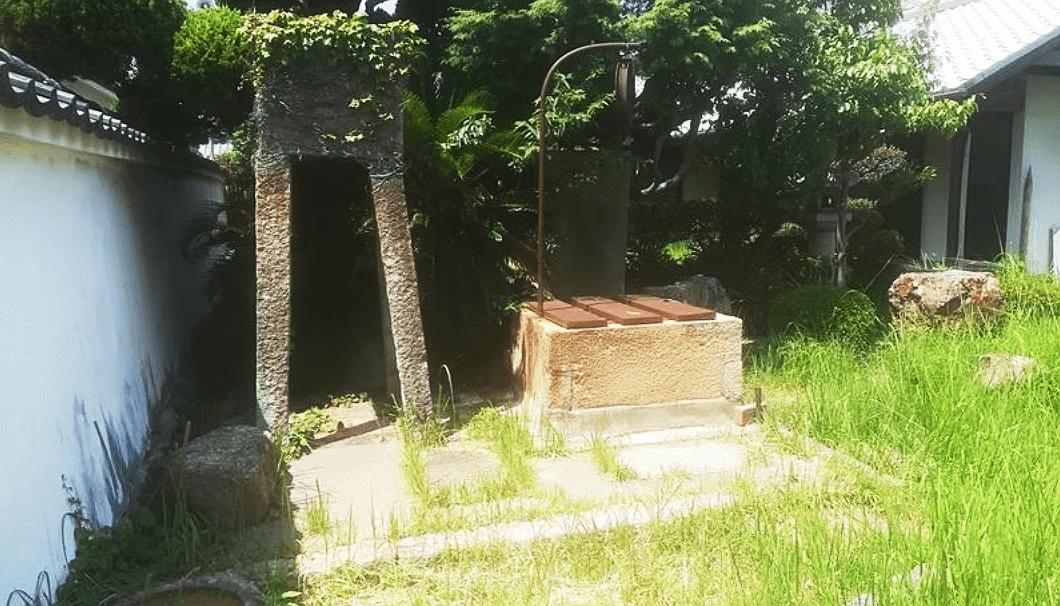 小浜資料館の中庭に残されている井戸