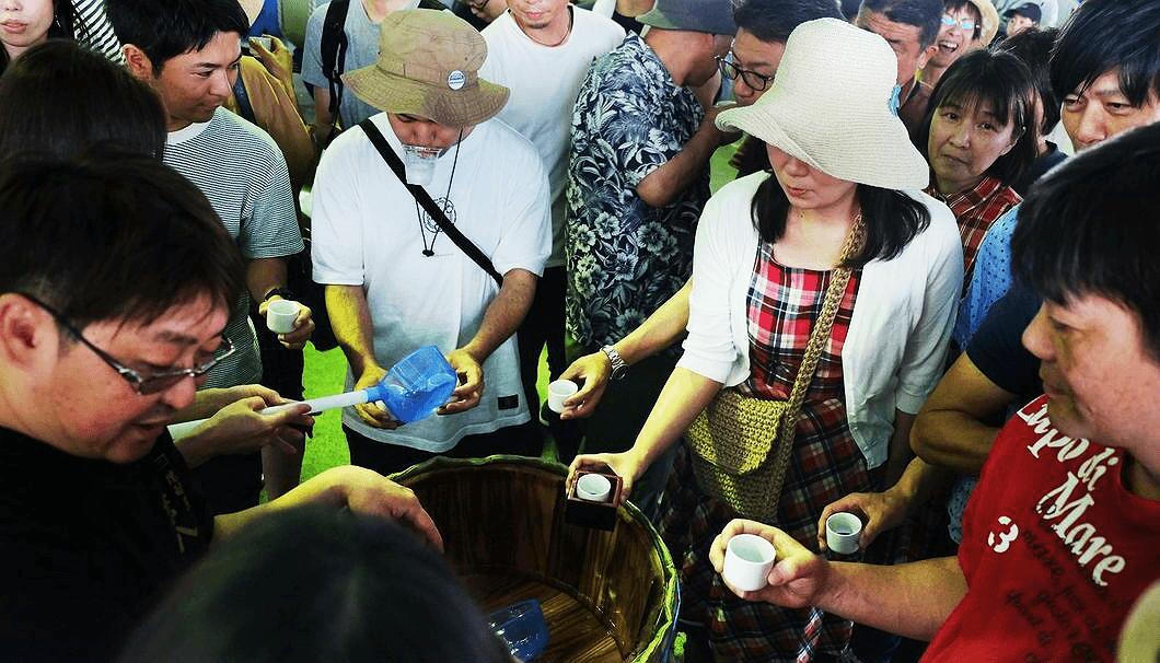 「第3回 宇佐で角打ち 酒蔵まつり」でふるまい酒を楽しむ参加者