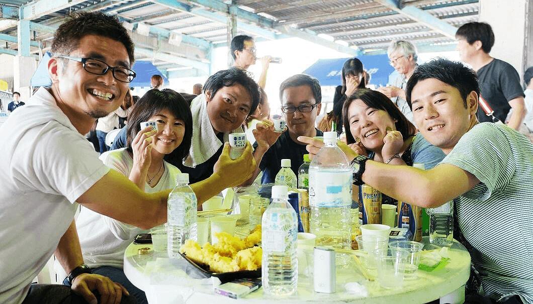 「第3回 宇佐で角打ち 酒蔵まつり」を楽しむ参加者
