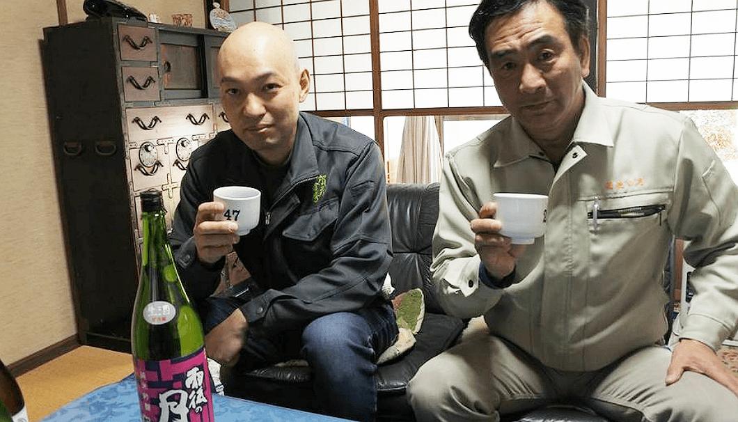 出来上がった酒を飲み比べる、相原酒造の相原準一郎社長(写真右)と金光酒造の金光秀起代表
