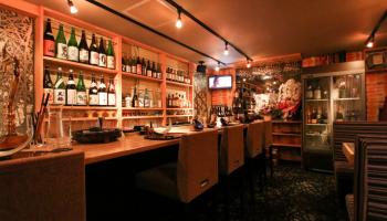 ゆっくりと日本酒が楽しめるカウンターメインの日本酒BAR「日本酒 焼酎 手抜き料理の店 和酒BAR 途なり。の内観写真