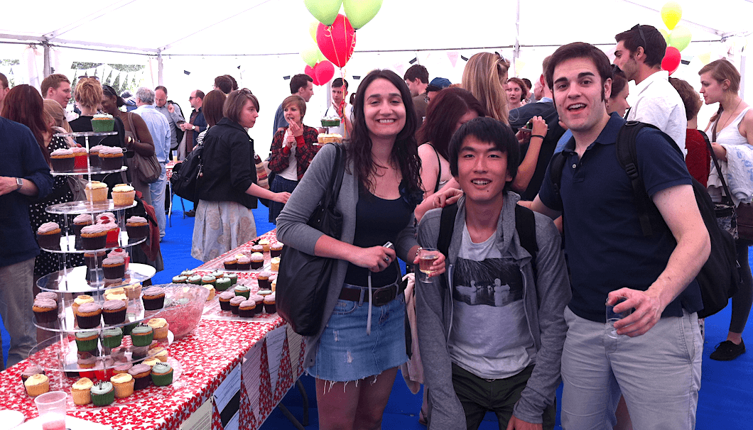 スペイン人の友人と学期終了後のイベントに参加する大倉さん