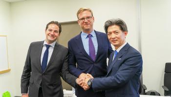左から順に、Trio社 共同創業者のグレゴリー・バイオレットさん、エドワード・デュヴァルさん。クールジャパン機構 専務取締役の加藤有治さん。