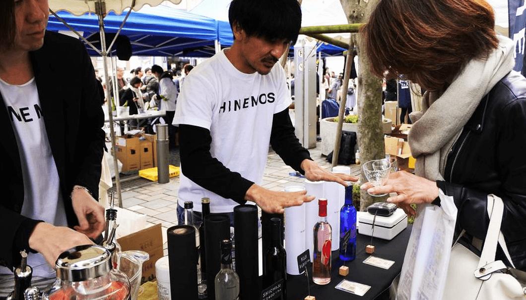 日本酒イベントで「HINEMOS(ひねもす)」を説明する酒井さん