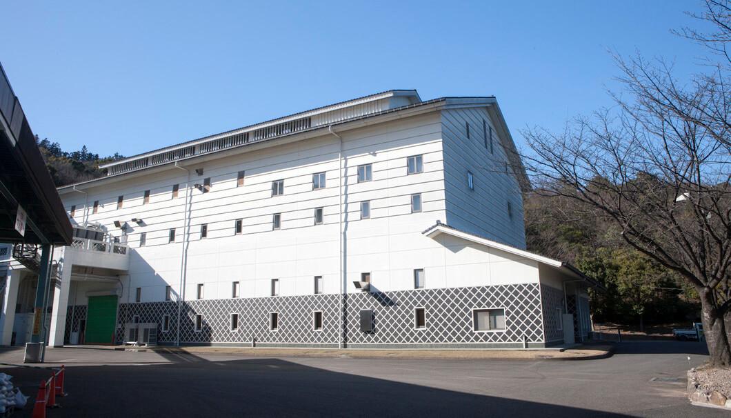 「いいちこ」「和香牡丹」を製造する三和酒類株式会社の外観写真