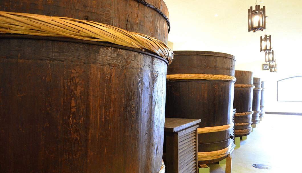 大七酒造の蔵の中に並ぶ木桶
