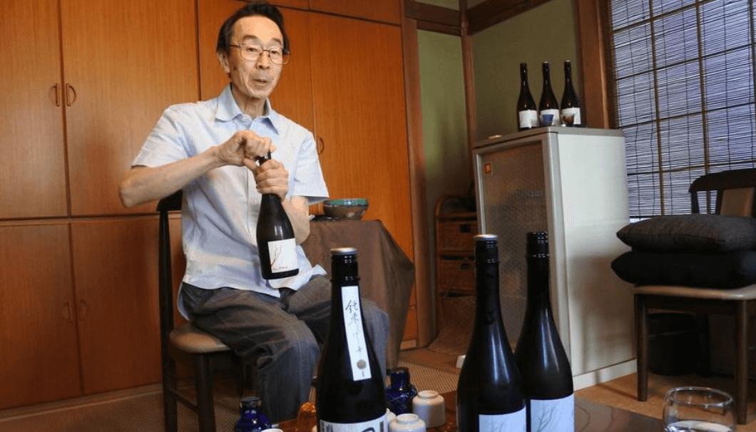 お酒を開ける松尾さん