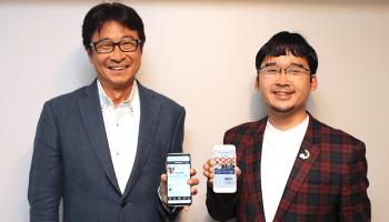 お互いのサービスを見せ合うSAKETIME株式会社代表取締役社長・吉田和司さんとSAKETIMES編集長・小池潤さん