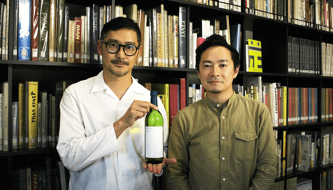 「Hakutsuru Blanc」のボトルデザインを制作した日本デザインセンターの色部義昭さん(画像●)と上野晃さん。