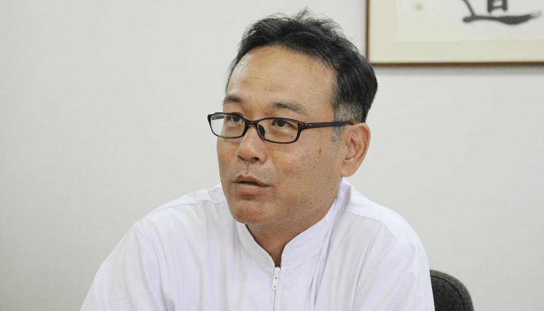 大関製造部調合グループ課長の絹見昌也さん。