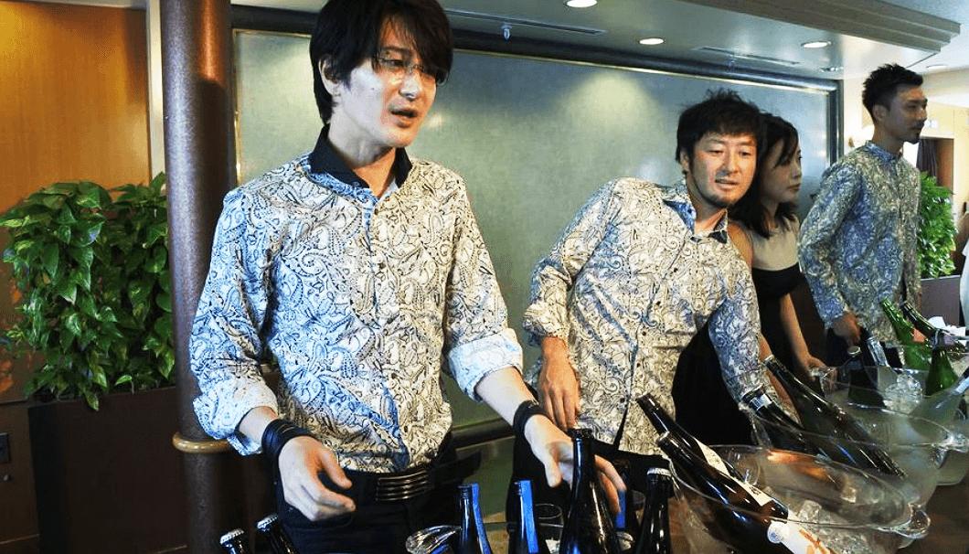 新政酒造の佐藤祐輔さん(写真左)