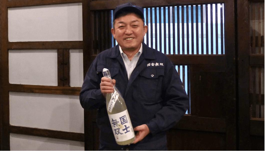 髙砂酒造の国士無双を持つ蔵人の写真