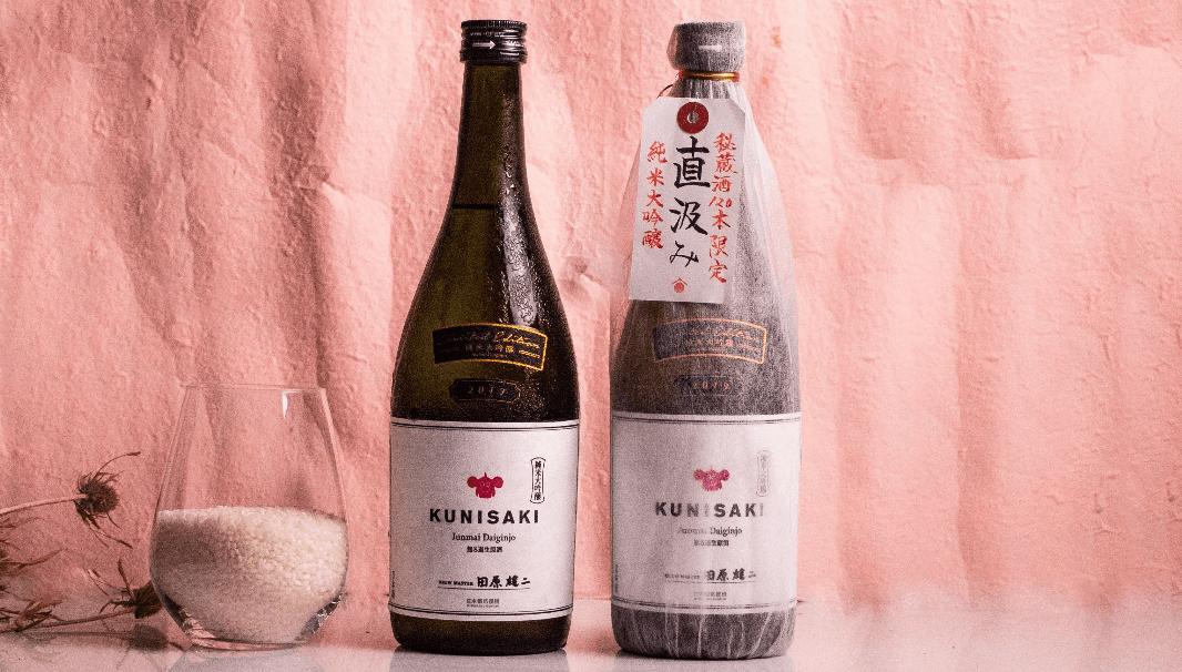 九州屈指の老舗蔵の新商品・甘みは旨み KUNISAKI/直汲み 2本のボトルが並んだ写真