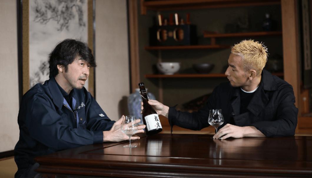 十四代を醸す高木酒造の杜氏・高木顕統(たかぎあきつな)さんと中田英寿さんが対談している写真