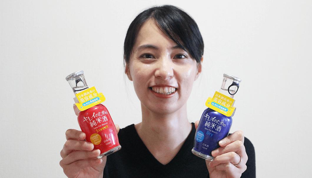 商品を持つ大関商品開発部商品開発グループの溝渕彩乃さん