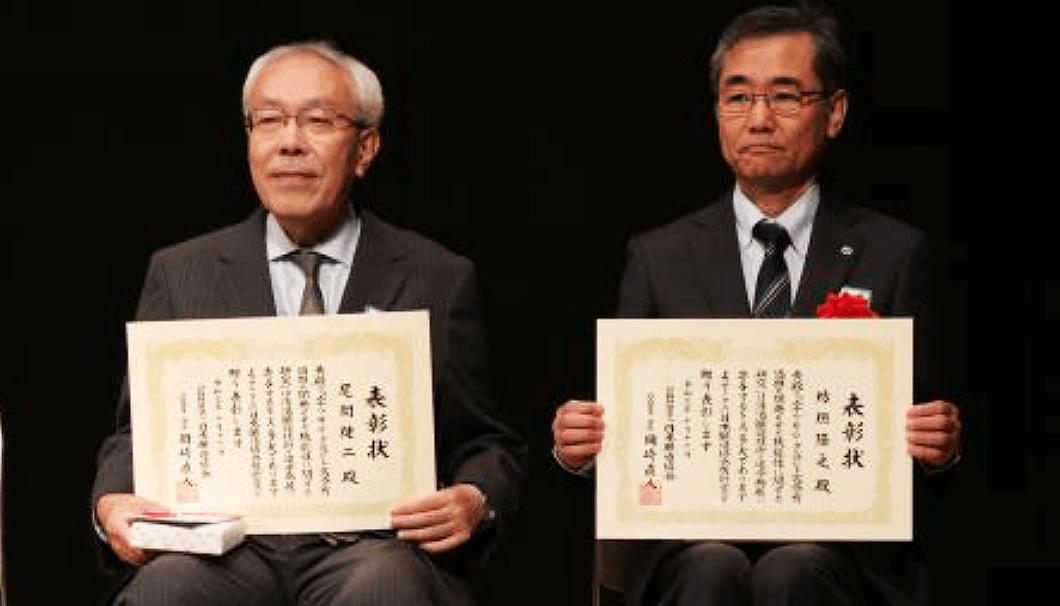 「日本醸造協会技術賞」を授与された尾関教授(写真左)と坊垣所長