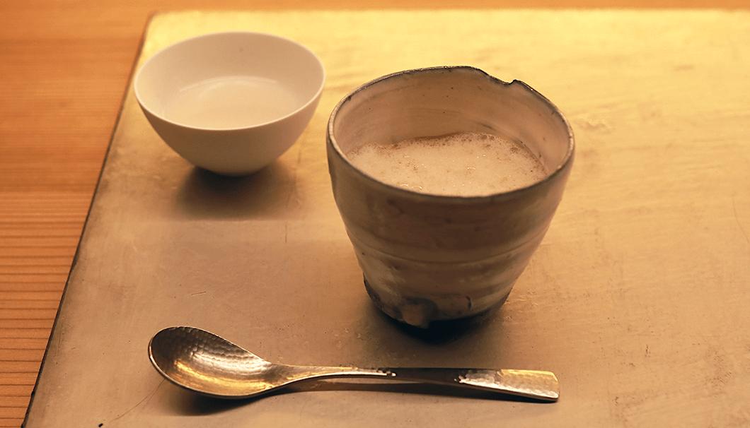 「きのこのフランとアメリケーヌソース 紅茶の泡を添えて」
