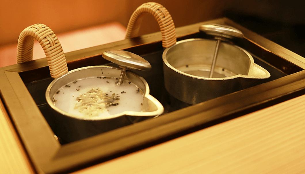 菊姫のにごりに、珍しい赤い日本茶のサンルージュを加えて燗酒に