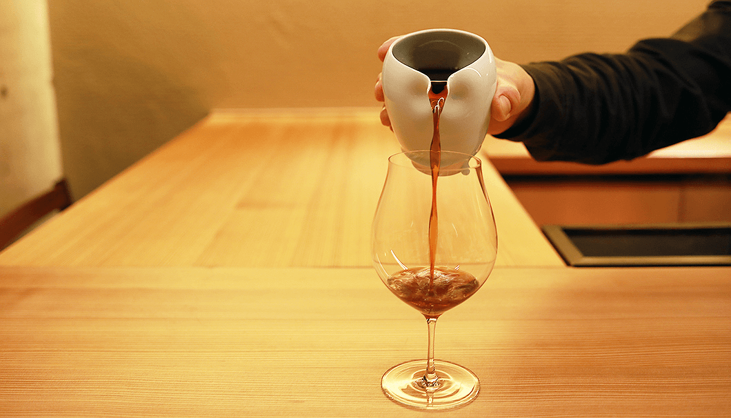 「舞美人 酒粕再発酵酒」に、炭酸水とローズウォーターを加えて。