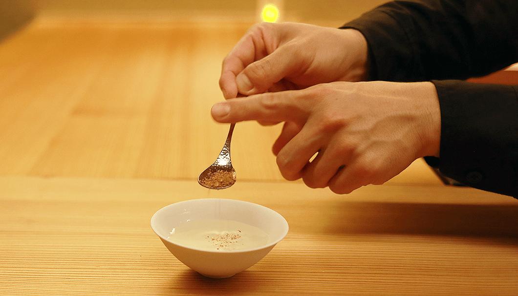 「奥播磨 霜月 純米吟醸生」にコリアンダー のパウダーを加えて