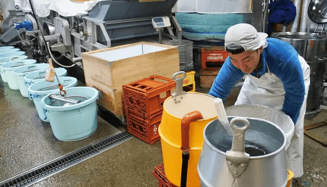 廣木酒造本店の洗米風景