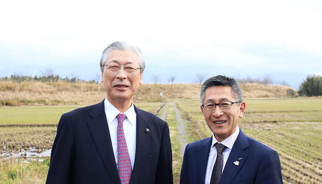 新発田市長の二階堂馨氏(写真左)と菊水酒造5代目の髙澤大介氏