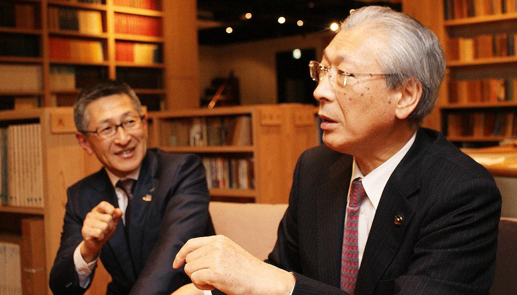 菊水酒造5代目の髙澤大介氏(写真左)と新発田市長の二階堂馨氏