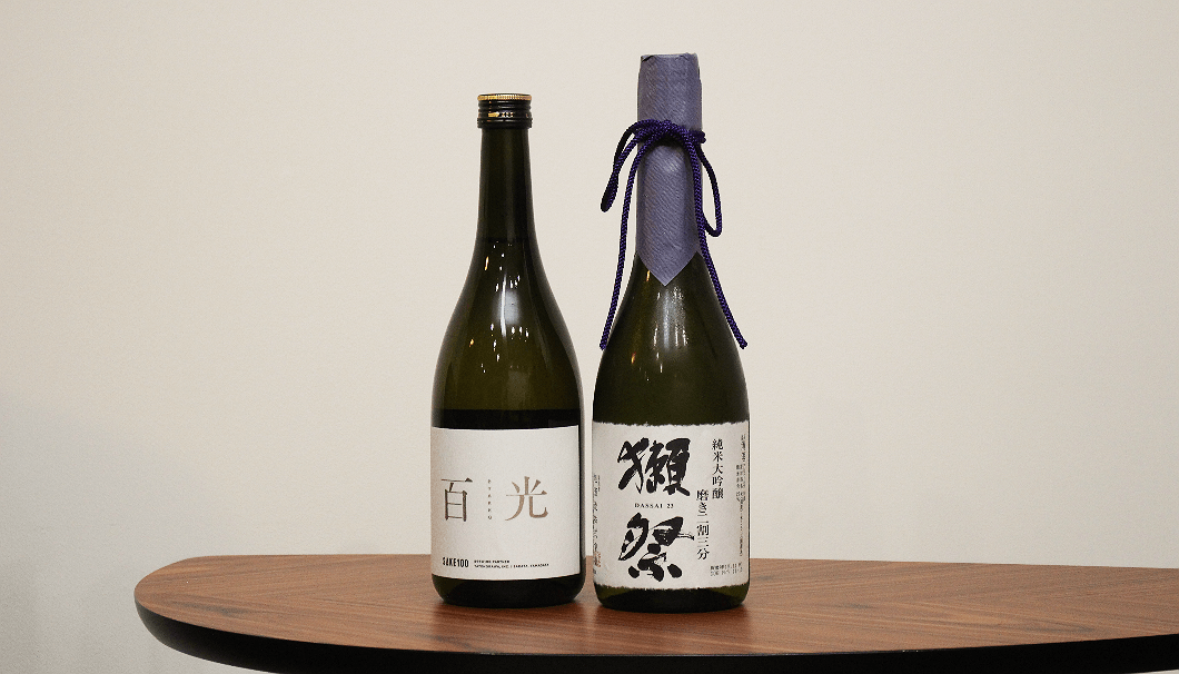 「獺祭 純米大吟醸 磨きニ割三分」(写真右)とSAKE100「百光」