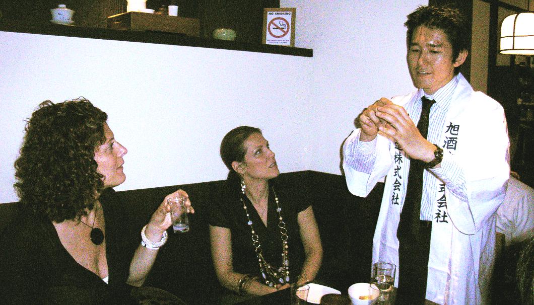 海外で「獺祭」を説明する桜井社長