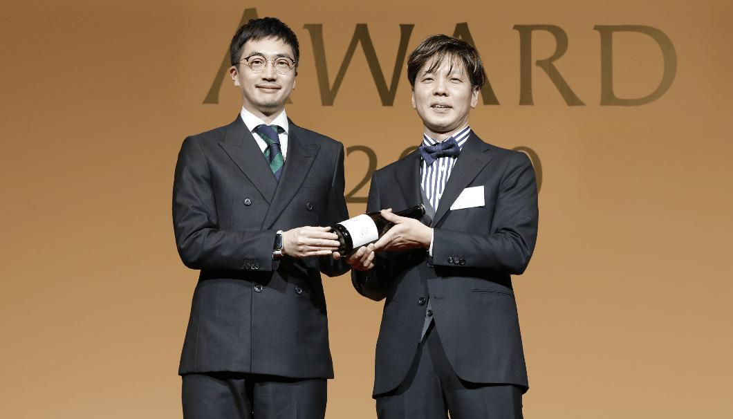 スポンサープレゼンターを務めた株式会社Clear 代表取締役CEOの生駒龍史(左)と受賞店「ヴィラ・アイーダ」の小林寛司さん