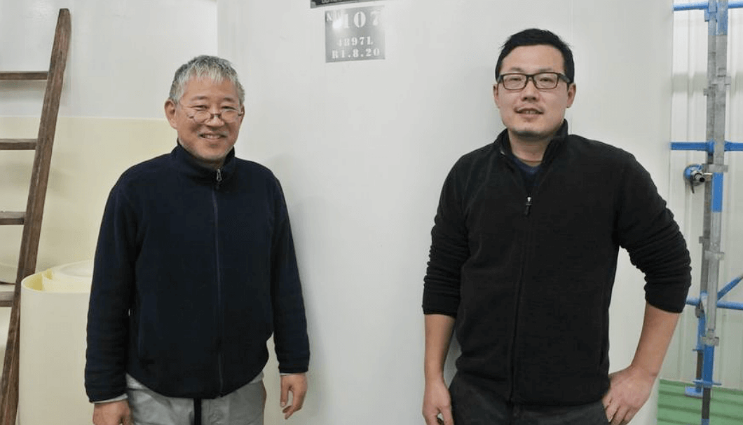 光栄菊酒造の日下智社長(写真左)と、杜氏の山本克明さん