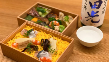 東京・神楽坂の日本酒ペアリング専門店「ふしきの」が提供する「春の会席弁当と利き酒セット」
