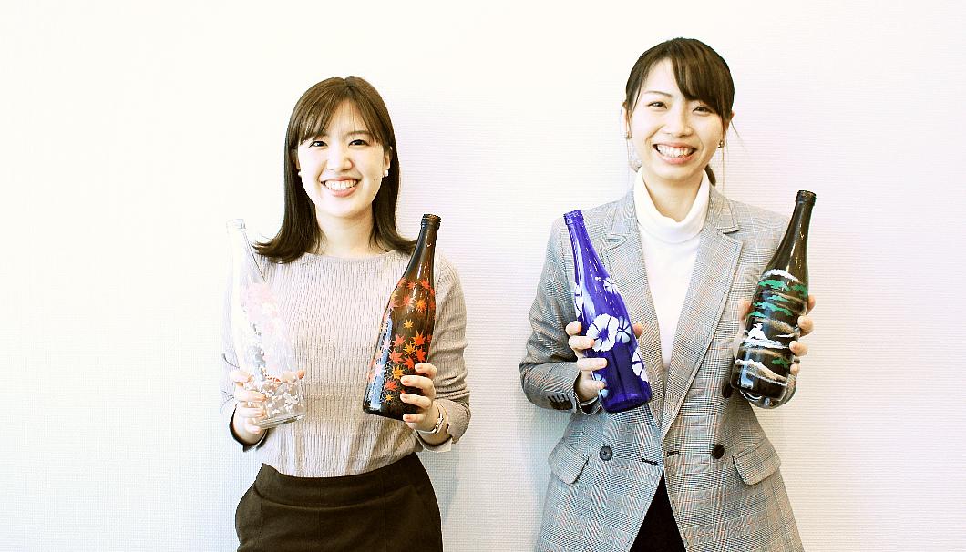 東洋ガラスのデザイナーの横山史歩さん(写真左)と、企画開発部の青木美結さん(写真右)