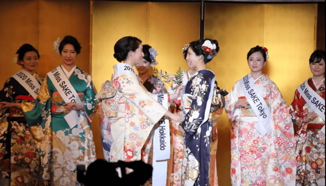 2019 Miss SAKE Japan の春田さんからサッシュを受け取る2020 Miss SAKE Japanの松井さん