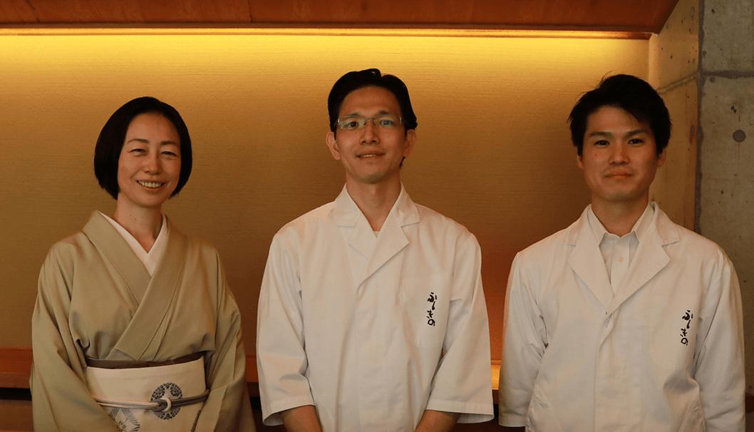左から宮下幸子さん、料理長の荒巻吉男さん、日本酒担当の武田幸大さん