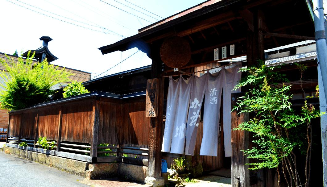 加茂川酒造の門