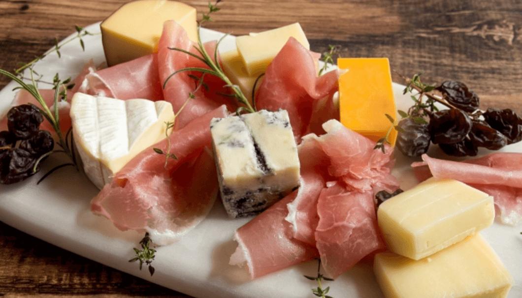 バレンタインアイテムとしても人気の『純米原酒カワセミの旅』の酒蔵がおすすめペアリングベスト2位 チーズ