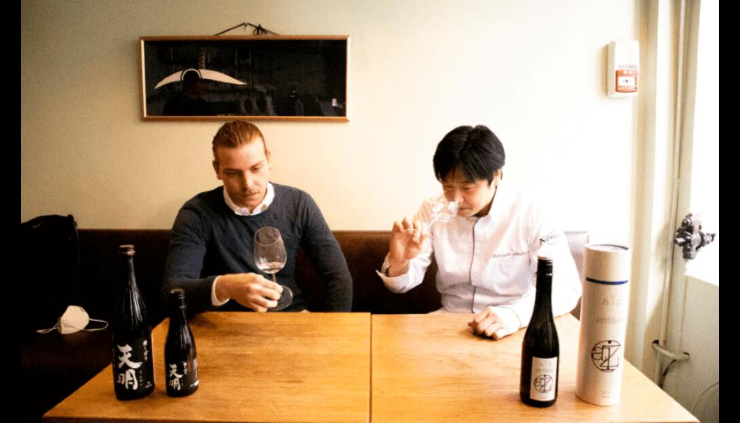 ミシュラン一つ星「Le Automne(ル・オートンヌ)」)の秋重信行シェフ(右)とソムリエのユリス・イブロスさん。日本酒は左から「天明」と「The Aiz Zengo・会津中将」